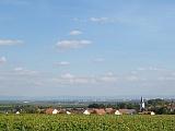 Aufnahme von Bermersheim bei Sonnenschein und blauem Himmel mit Blick in die Rheinebene.