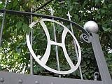 Aufnahme zeigt den Torbogen des Weingut Peth mit den Torinitialen. Zu sehen ist das eiserne H von HP.