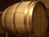 Auf dem Bild sieht man ein 225 Liter Eichenholzfass. Am Rand stehen mit weisser Kreide Notizen des Winzers.
